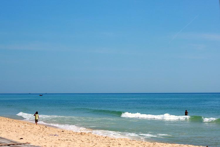Bờ cát trắng mịn màng và làn nước trong xanh