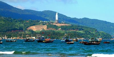 Phía bên phải Bãi Bụt là tượng Phật Bà cao 67m và chùa Linh Ứng
