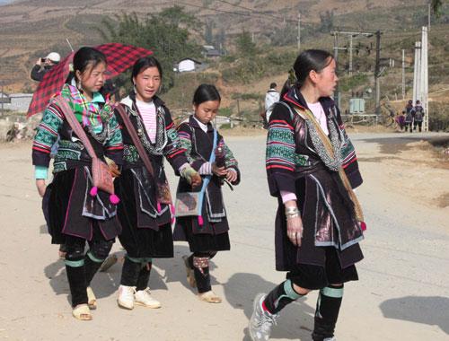 Những cô gái dân tộc Mông trong những trang phục sặc sỡ ở Sa Pa. Ảnh: Anh Phương