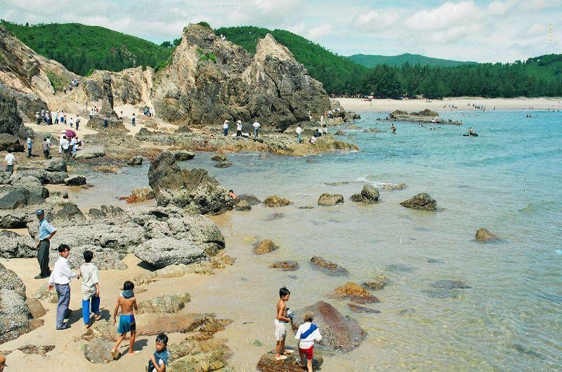 Bãi đá kỳ ảo nằm ngay dưới chân đèo Lý Hòa, cách Đồng Hới 25 km. Ảnh: dulichquangbinh