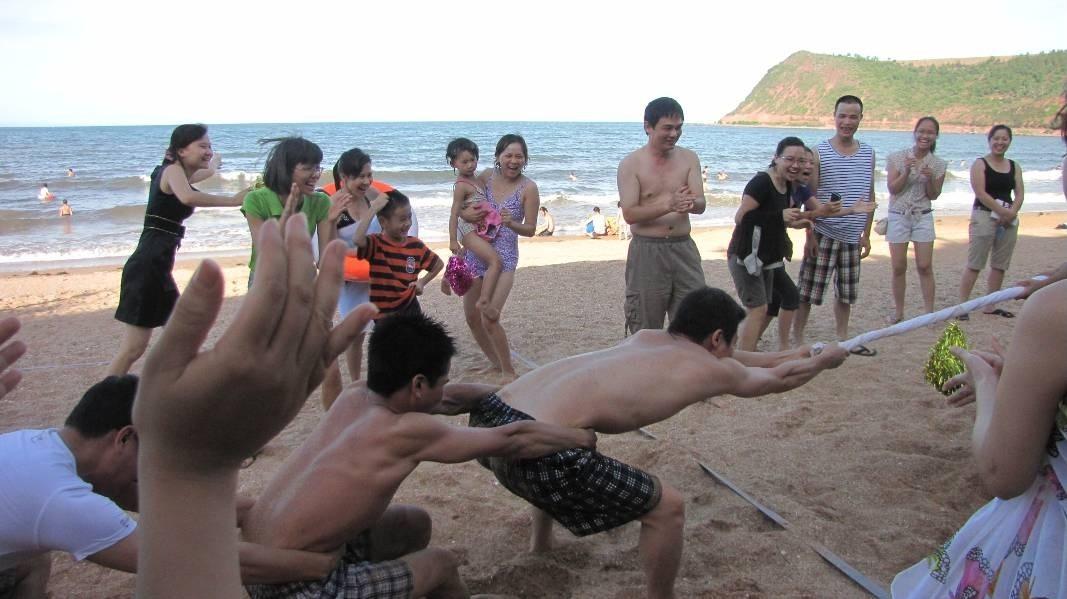 Tham gia các hoạt động tập thể trên bãi biển