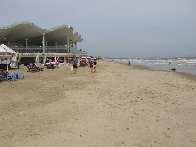 Bãi cát  rộng và chạy dài ...