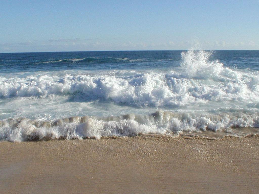 Những con sóng đua nhau sô vào bờ cát trắng