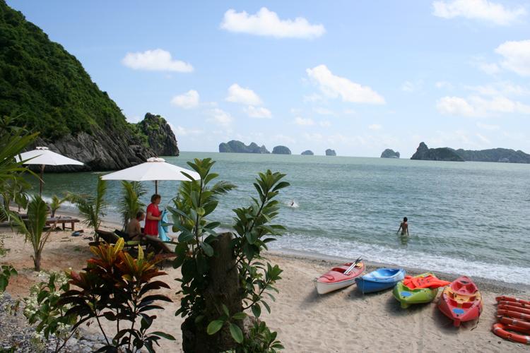 Bãi tắm đảo khỉ hay còn gọi là bãi tắm Cát Dứa là một bãi tắm đẹp ở Cát Bà khá hấp dẫn khách du lịch
