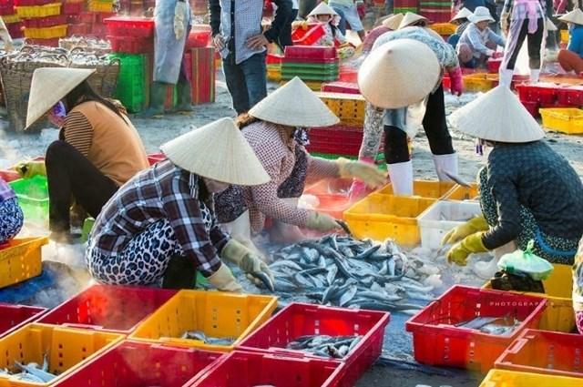 Cảnh tấp nập mua bán hải sản ở Làng Chài Long Hải.