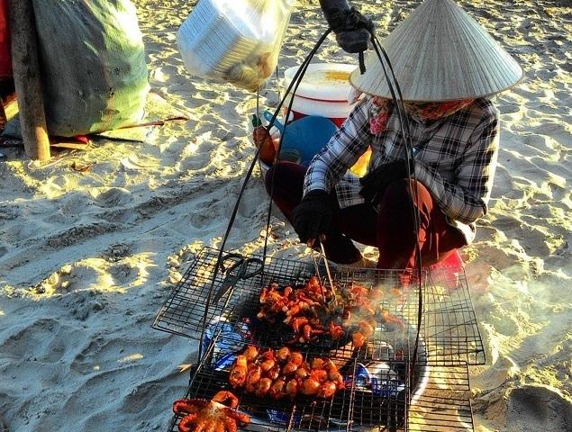 Những gánh hàng bán hải sản trên bãi biển.