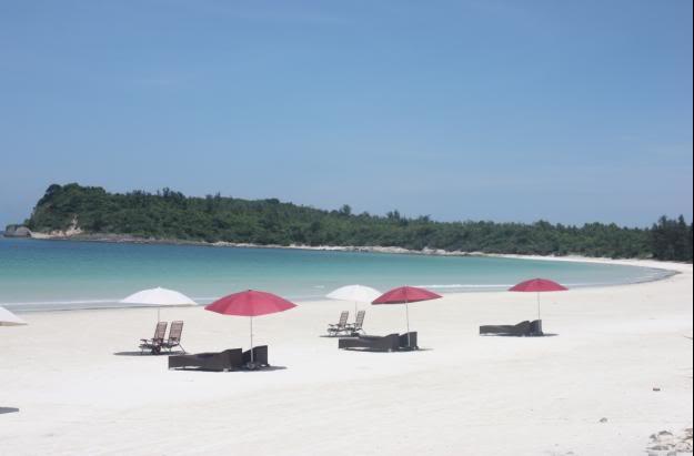 Những chiếc ghế cho du khách nghỉ ngơi trên bờ biển