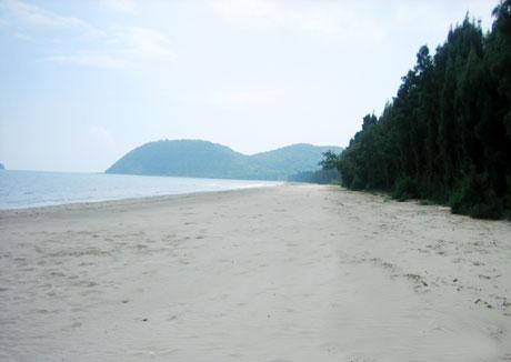 Bãi tắm Trường Chinh cát trắng, dài 3km