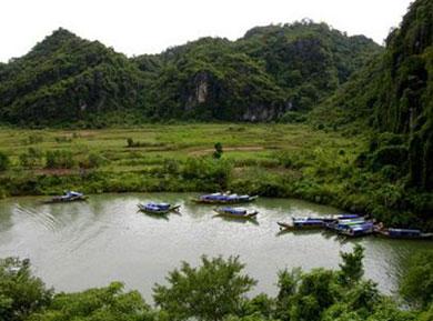 Đây vừa là một thắng cảnh, vừa là một vùng di tích với những di chỉ khảo cổ học của người Việt cổ để lại.