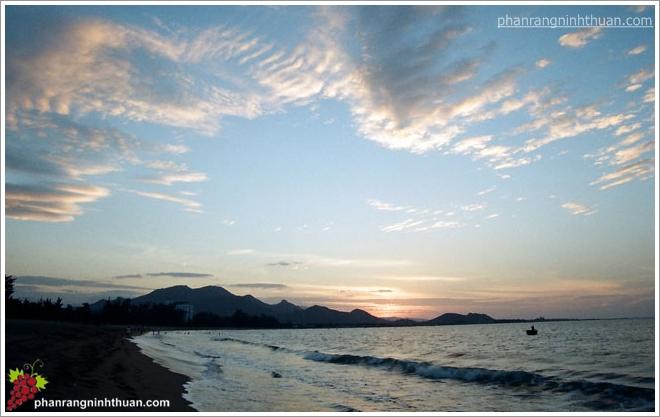 Biển Ninh Chữ trong buổi bình minh lên