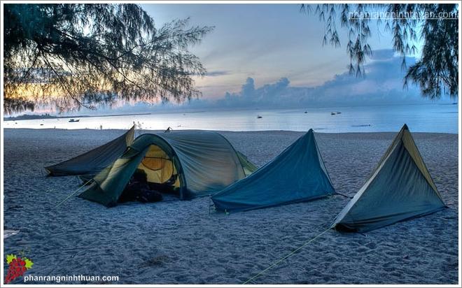 Du khách cắm trại qua đêm tại biển Ninh Chữ