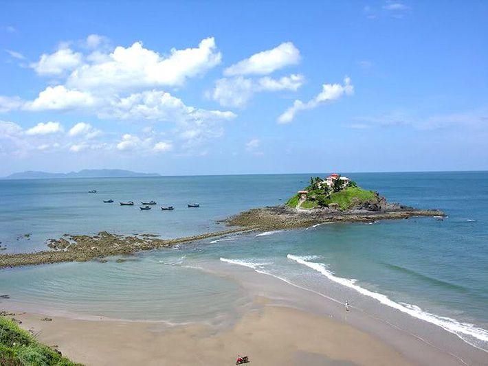 Núi đá Nghi Phong nhô lên ở giữa biển