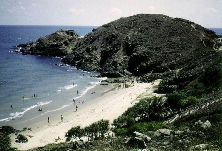Bãi biển được bao quanh bởi các núi đá lớn