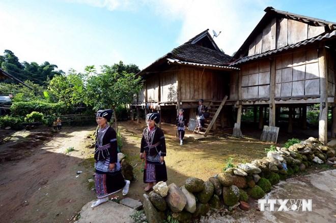 157 hộ người Lự đang sinh sống ở Bản Hon, với hàng trăm ngôi nhà sàn được bảo tồn nguyên trạng. (Ảnh: Thanh Hà/TTXVN)