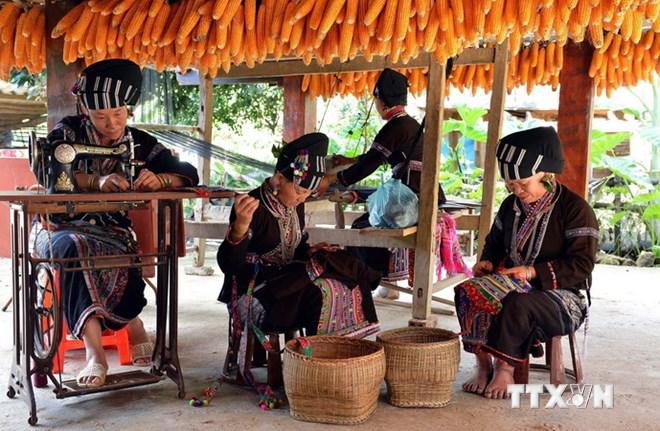 Đến với Bản Hon, khách du lịch sẽ được khám phá và trải nghiệm cuộc sống sinh hoạt, lao động của người dân bản địa. (Ảnh: Thanh Hà/TTXVN)