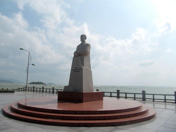 Tượng Alexandre Yersin bên bờ biển Nha Trang