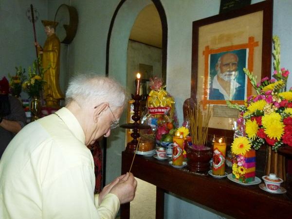 Du khách thắp nhang tại bàn thờ A. Yersin