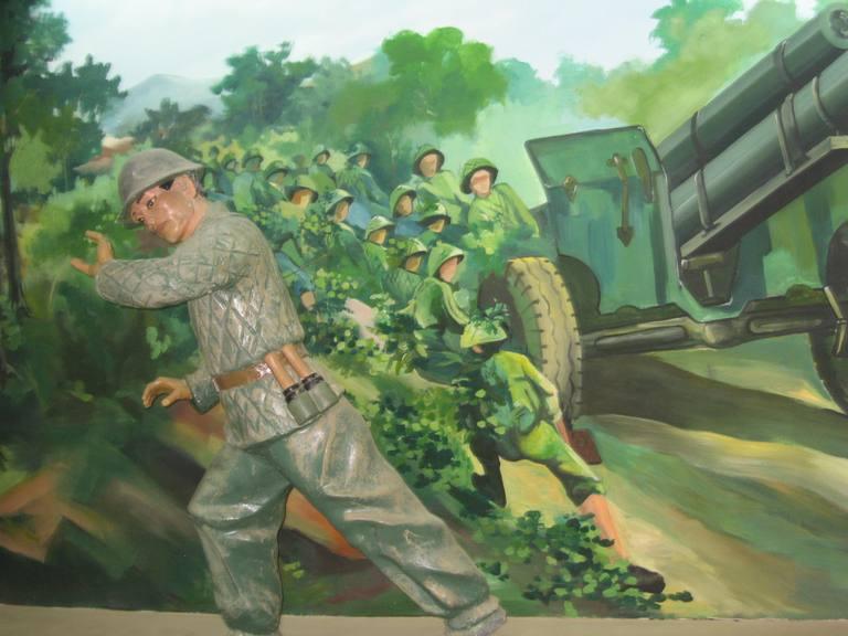 Mô hình bộ đội ta hò kéo pháo, những chiếc xe thồ chở lương thực lên Điện Biên