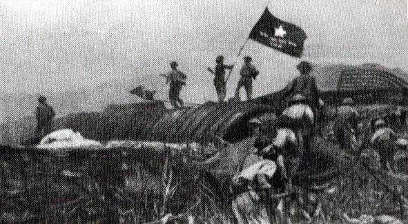 Các chiến sỹ giơ cao lá cờ chiến thắng trong ngày quân địch đầu hàng.