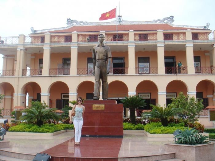 Tượng đài Chủ tịch Hồ Chí Minh trước bảo tàng