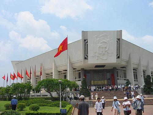 Tòa nhà bảo tàng là khối hình vuông vát góc, đặt chéo, cao gần 20m