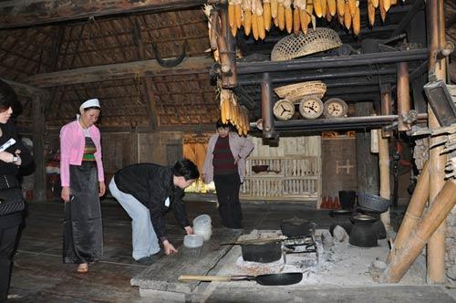Gian bếp của người Mường đặt trên sàn gỗ gây sự chú ý của du khách