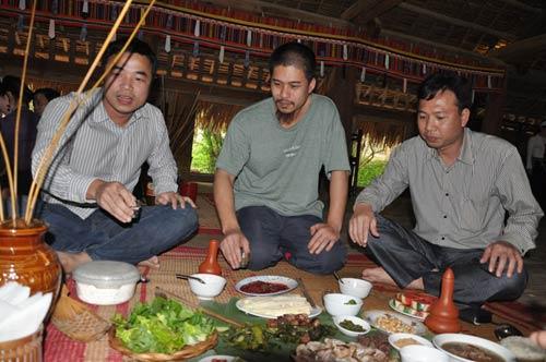 Họa sỹ Vũ Đức Hiếu – Chủ nhân của Bảo tàng (ngồi giữa) đang giới thiệu về văn hóa ẩm thực của người Mường