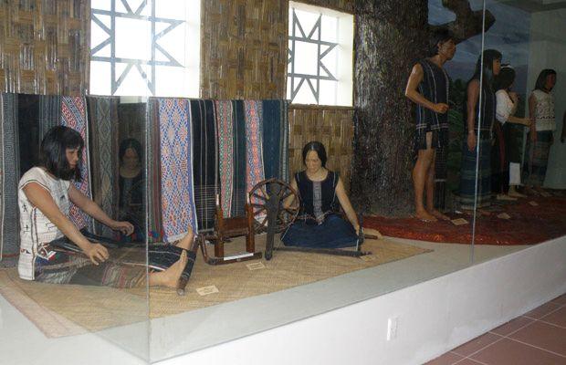 Khu tái hiện các sinh hoạt văn hóa , dệt thổ cẩm của đồng bào Tây Nguyên