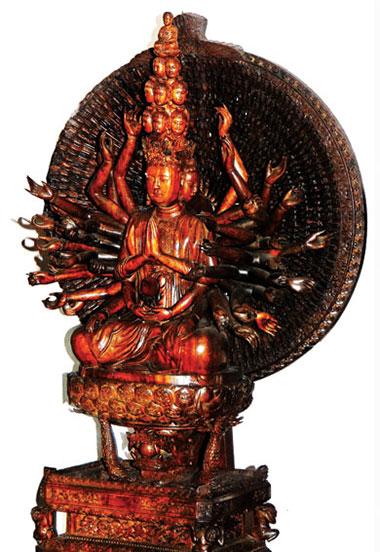 Tượng Quan Âm ngàn mắt ngàn tay sao chép từ tượng nguyên bản ở chùa Bút Tháp (Bắc Ninh).