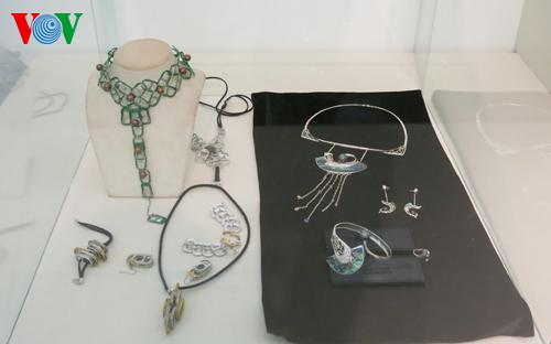 Có những tác phẩm không chỉ mang tính trang trí mà còn có thể được đưa vào sản xuất hàng loạt cho người tiêu dùng