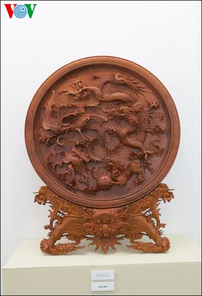 """Một tác phẩm thủ công mỹ nghệ bằng gỗ có tên """"Mâm tứ linh hội tụ"""""""