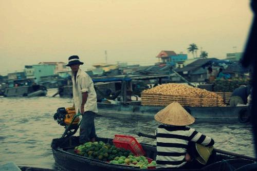 Buôn bán sản vật, trái cây trên dòng Hậu Giang