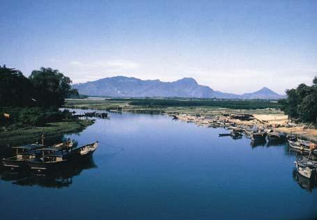 Khu bãi thuyền đậu của người dân đánh bắt cá gấn sông Thu Bồn