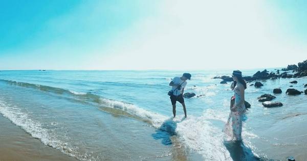 Du khách tắm biển và vui chơi trên bãi biển.