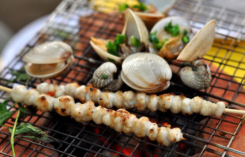Hải sản nướng trên bãi biển.