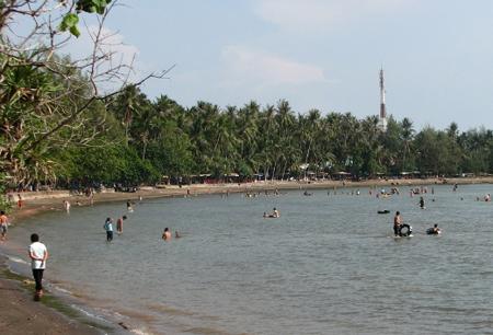 Du khách trên bãi biển Mũi Nai