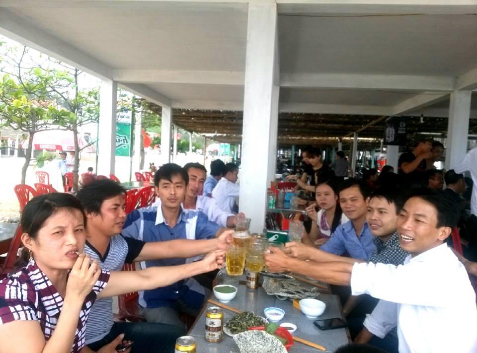 Một nhóm bạn trẻ hào hứng chào đón ngày khai trương (Ảnh chia sẽ facebook)