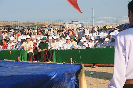 Đại biểu tham dự Lễ Khai trương Bãi tắm Thạch Hải 2013