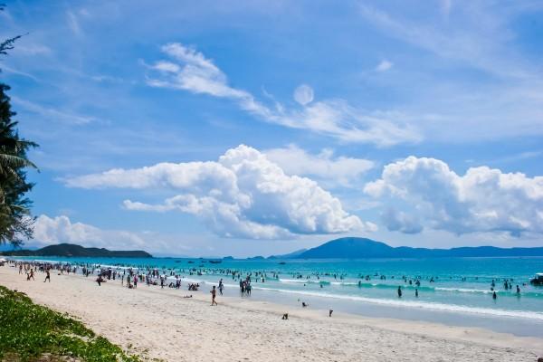 Du khách tắm biển Thiên Cầm.