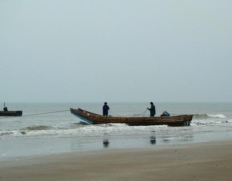 Sáng sớm, ngư dân bắt đầu ra khơi đánh cá