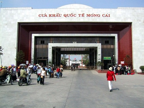 Nếu bạn có nhã hứng mua sắm thì cửa khẩu Móng Cái cũng là nơi tập trung hàng hóa lớn, giao thương buôn bán sầm uất có đủ các mặt hàng Trung - Việt.