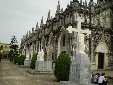 Trên đường ngược về từ Cồn Mang tới Trà Cổ, bạn đừng quên dừng chân ở nhà thờ Trà Cổ kiến trúc tuyệt đẹp và rất cổ kính, được xây dựng từ năm 1880 và được tôn tạo năm 1995.