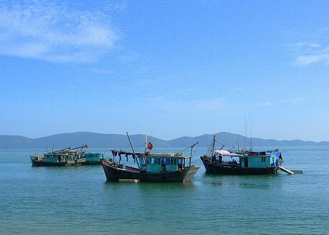 Nước biển xanh trong mang đến vẻ đẹp lãng mạn, yên bình