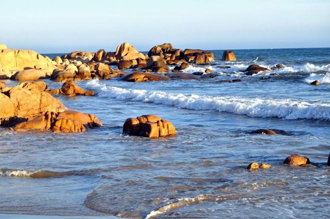 biển Cổ Thạch trong vắt, xanh biếc với lượng sóng vừa phải nhưng nhanh và mạnh.