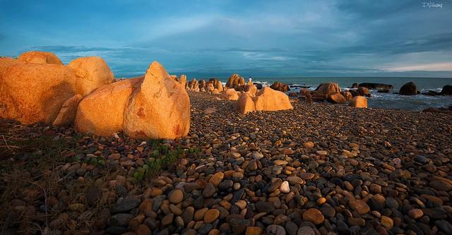 Điều hấp dẫn nhất ở bãi biển là những bãi đá lung linh sắc màu