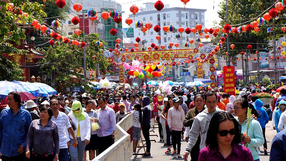 hàng ngàn người từ khắp nơi đã đổ về Chùa Bà để hành hương