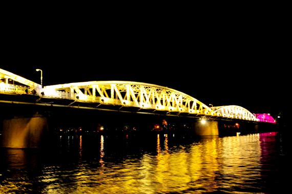 Đêm ca Huế trên sông Hương thường được bắt đầu từ 7 giờ tối. Đò nghe ca Huế được thả trên sông đoạn từ Phu Văn Lâu đến cầu Tràng Tiền, đi ngang qua kinh thành