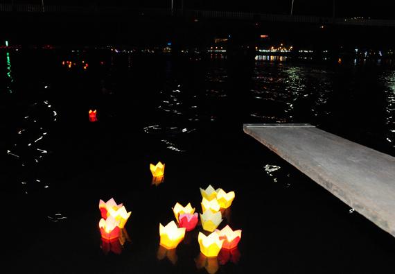 ...lấp lánh những ngọn đèn hoa đăng thả trên sông