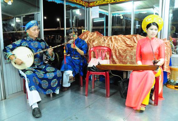 Đi liền với ca Huế là dàn nhạc với bộ ngũ tuyệt gồm tranh, tỳ, nhị, nguyệt, tam xen với bầu, sáo và bộ gõ trống Huế, sanh loan, sanh tiền
