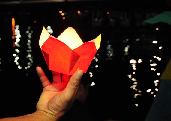 Đêm trên sông Hương, mảnh trăng rằm treo lơ lửng, dát lên sông một ánh sáng bàng bạc, lung linh...